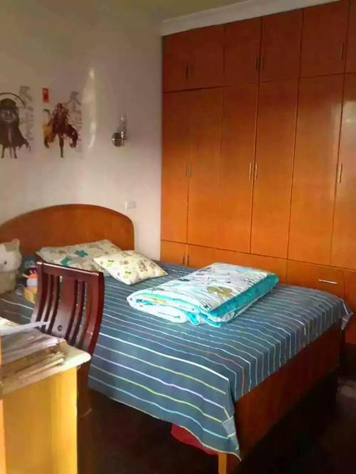 小区毗邻海宁皮革城,缔艺家家居广场